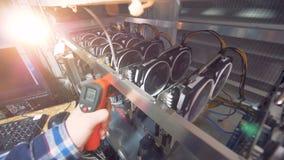 En arbetare kontrollerar upp processorer, slut stock video