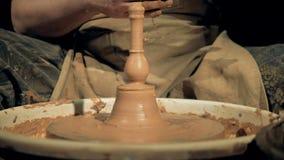 En arbetare som bort upp tar en vas, slut stock video