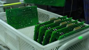 En arbetare sorterar bräden för utskrivaven strömkrets lager videofilmer
