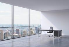 En arbetsplats i ett panorama- kontor för modernt hörn i New York, Manhattan En svart läderstol och en svart tabell Arkivbild