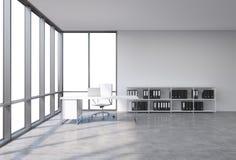 En arbetsplats i ett panorama- kontor för modernt hörn med kopieringsutrymme i fönstren Ett vitt skrivbord med en bärbar dator, s vektor illustrationer