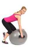 En-arm hantelrad på övning för stabilitetskonditionboll Arkivbild
