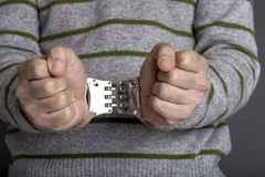 En arresterad man med handbojor Fotografering för Bildbyråer