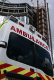 En arrière d'une ambulance avec le fond de bureau image libre de droits
