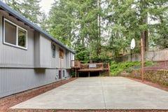 En arrière de la maison grise avec le terrain de jeux de boule de panier. Image libre de droits