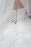 En arrière de la mariée Préparation avant cérémonie Robe de mariage photo stock