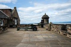 En artillerist gör ren ett vapen för nolla-`-klocka i Edinburgslott royaltyfri fotografi