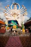 En arton beväpnar Buddha över blåttskyen Royaltyfria Bilder