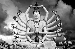 En arton beväpnar Buddha över skyen Royaltyfri Bild