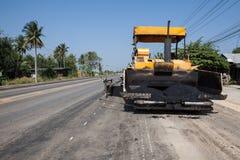 En asfaltmaskin Arkivfoto
