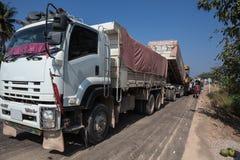 En asfaltmaskin och en lastbil med släpet Arkivfoto