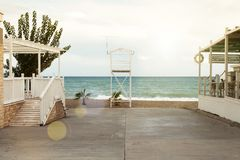 En asfaltväg leder till stranden Kugge av livräddare royaltyfri fotografi