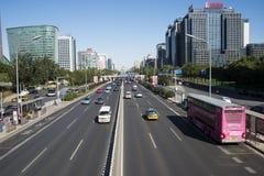 En Asia, China, Pekín, el edificio y el tráfico, Foto de archivo