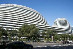 En Asia, China, Pekín, el edificio y el tráfico, Imagen de archivo libre de regalías