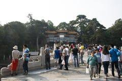 En Asia, China, Pekín, el palacio de verano, hombres del gongo del bei, arquea Fotos de archivo libres de regalías