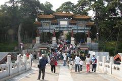 En Asia, China, Pekín, el palacio de verano, hombres del gongo del bei, arquea Fotos de archivo