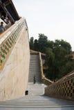 En Asia, China, Pekín, el palacio de verano, torre de Incens budista, los altos pasos Foto de archivo