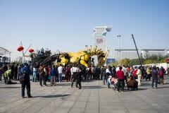 En Asia, China, Pekín, parque olímpico, funcionamientos grandes del desfile del  del horse†del dragón de la maquinaria de Fran Foto de archivo