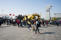 En Asia, China, Pekín, parque olímpico, funcionamientos grandes del desfile del  del horse†del dragón de la maquinaria de Fran Fotos de archivo