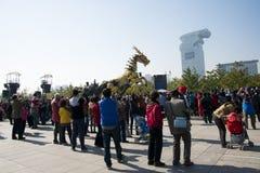 En Asia, China, Pekín, parque olímpico, funcionamientos grandes del desfile del  del horse†del dragón de la maquinaria de Fran Imágenes de archivo libres de regalías