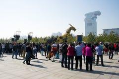 En Asia, China, Pekín, parque olímpico, funcionamientos grandes del desfile del  del horse†del dragón de la maquinaria de Fran Imagenes de archivo