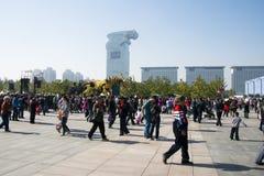 En Asia, China, Pekín, parque olímpico, funcionamientos grandes del desfile del  del horse†del dragón de la maquinaria de Fran Foto de archivo libre de regalías