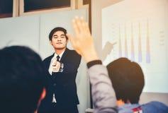 En asiatisk affärsman framlade mötet som förklarar och royaltyfria foton