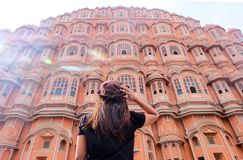 En asiatisk kvinna som ser Hawa Mahal royaltyfri fotografi