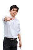 En asiatisk manpunkt hans hand som närvarande produkt Arkivbilder