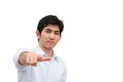 En asiatisk manpunkt hans hand som närvarande produkt Arkivfoton