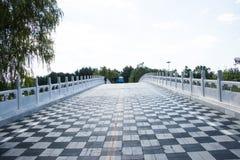En Asie, la Chine, Pékin, parc de Chaoyang, jettent un pont sur Images libres de droits
