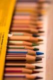 En ask av färgpennor Arkivbilder