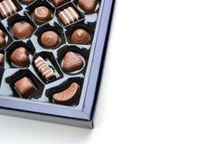 En ask av lyxiga choklader Arkivfoto