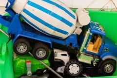 En ask av otvungenhet och kasserade leksaker Royaltyfria Bilder