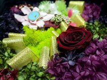 En ask av torkade blommor Arkivfoto
