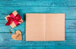 En ask med en gåva, en hjärta och en öppen dagbok Romantiskt begrepp Mallar och bakgrunder Fotografering för Bildbyråer