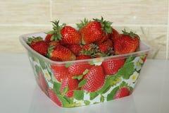 En ask med jordgubbar Fotografering för Bildbyråer