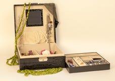 en ask med juvlar Fotografering för Bildbyråer