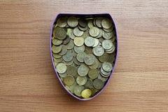 En ask mycket av tio-rubel ryska mynt arkivfoto