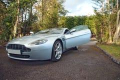 En Aston Martin Vantage English Grand Tourer med den öppna dörren Arkivbilder