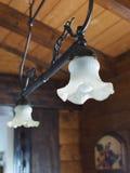 En attendant l'appareil d'éclairage en fer forgé dans une maison de campagne photos libres de droits