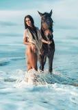 En attirant, amincissez la dame avec son cheval Photographie stock