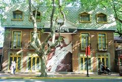 En attraktiv byggnad i Shanghai arkivbild
