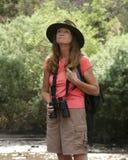 En attraktiv kvinna som Birdwatching vid en flod Royaltyfri Fotografi