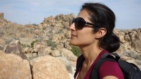 En attraktiv kvinna tycker om att fotvandra Joshua Tree National Park Arkivbilder