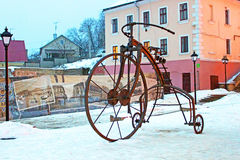 En 2009, au cours de la journée des forgerons, une bicyclette forgée a été installée sur la place turque dans Chernivtsi Photos libres de droits