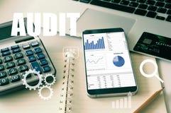 En auditant l'impôt, analysez le retour sur l'investissement photographie stock libre de droits