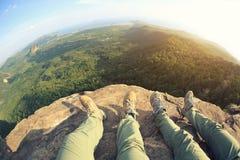 En augmentant des jambes appréciez la vue sur la montagne Photos stock