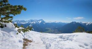 En augmentant le secteur branlez-vous la montagne au printemps tôt avec la neige de fonte photos libres de droits