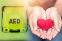 En automatiserad yttre defibrillatorAED arkivfoton